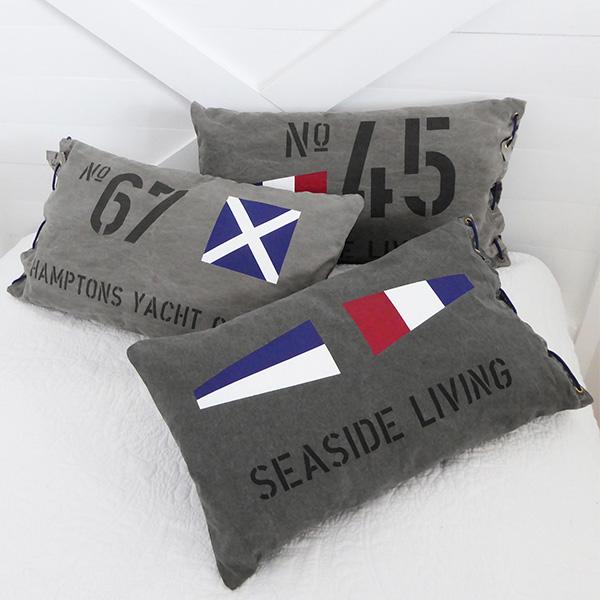 New England inspirerade kuddar med signalflaggor som passar överallt, i sängen, soffan, båten m.m.,