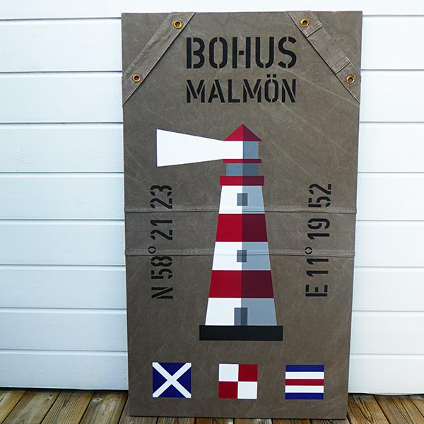 New England tavla med signalflaggor och fyr som motiv.