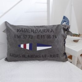 Kuddfodral i New England stil med signalflaggor, koordinater och personliga texten Väderöarna