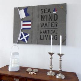 Handmålad tavla på sliten canvas med signalflaggor