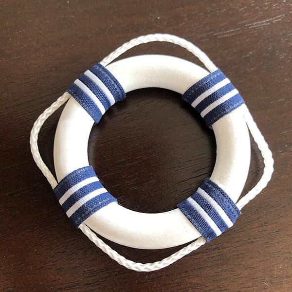 Servettring i marin stil som liknar små livbojar