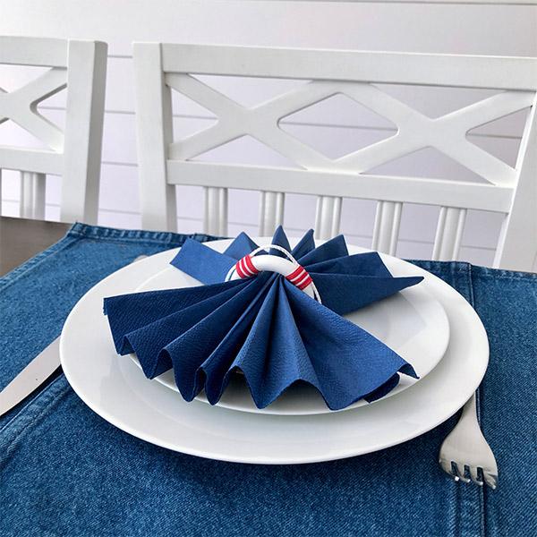 Röd och vit servettring i form av livboj marin stil