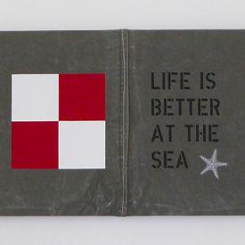 New England tavla i marin stil med handmålade signalflaggor och sjöstjärnor-