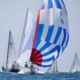 Segelbåt med segel i klassiska New England färger.
