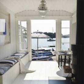 New England hus med blå och vit inredning.