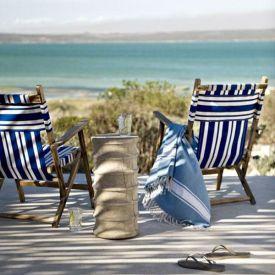 Koppla av i strandstolar och njut av havet.