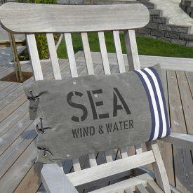 New England kuddfodral i sliten canvas som ger en marin känsla.
