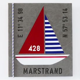 Seglarinspirerad tavla färgglad segelbåt med riktig tross och egna koordinater. Lätt att byta mönster på seglen och andra texter.