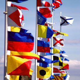 Newenglandinspiration.se målar signalflaggor på tavlor, kuddar, åror och paddlar.