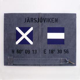 Personlig marin tavla med signalflaggor och egna koordinater.
