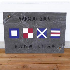 New England tavla med handmålade signalflaggor och egna koordinater.