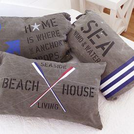 Kuddar i New England stil med signalflaggor som passar i marin miljö.