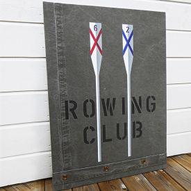 Tavla med åror målade i vitt, rött och blått i New England stil med texten ROWING CLUB.