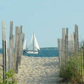 sandstrand med segelbåt