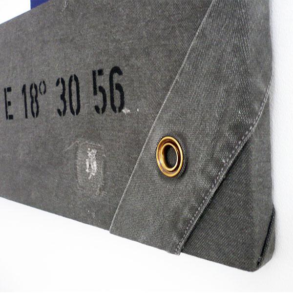 Färgskiftningar, små hål och lagningar skapar en extra effekt och gör varje tavla unik.