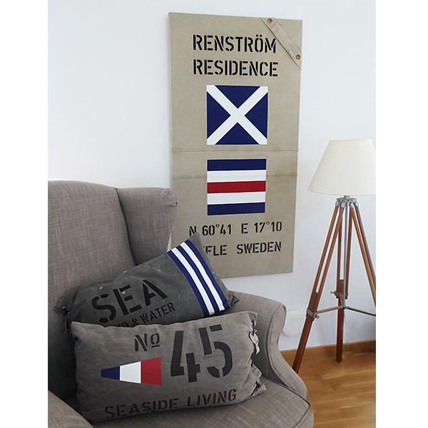 New England tavla och kuddfodral med signalflaggor, koordinater och egna texter.