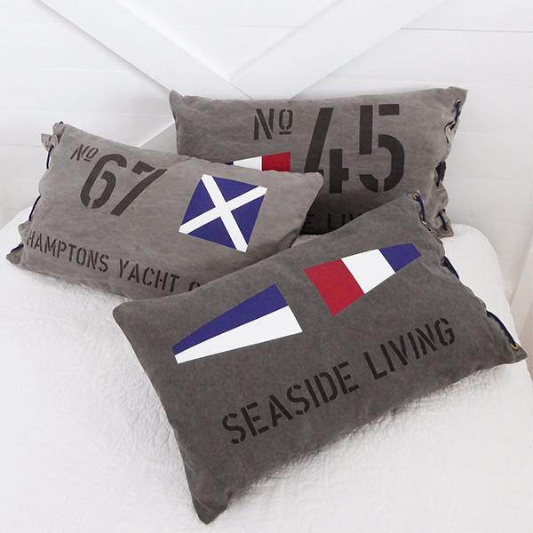 Kuddar i New England stil med signalflaggor i sliten canvas.